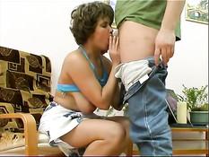 Русские мамочки любят заниматься любовью с молодыми мальчиками