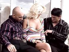 Немецкую порно актрису Vivian Schmitt удовлетворяют двое мужчин