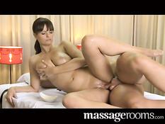 Девка с большой натуральной грудью делает массаж и дрочит член