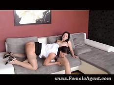Девчонка с красивой грудью занимается сексом на порно кастинге