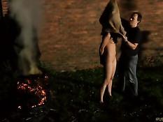 Покорная брюнетка любит жёсткий БДСМ ночью на свежем воздухе