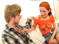 Рыжая русская девка раздела парня и трахнулась в позе наездницы