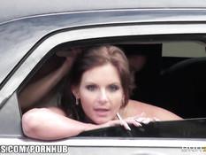Девушки из студии Brazzers ебутся в движущейся по городу машине