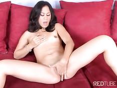 Азиатская девка с маленькой грудью Kayme Kai мастурбирует рукой