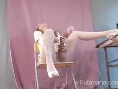 Futanari Nikki сидит перед веб-камерой и играется с фаллоимитатором