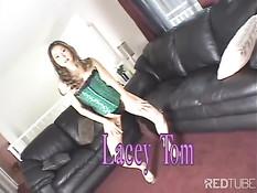 Азиатка с бритой пиздой Lacey Tom любит ебаться верхом на члене