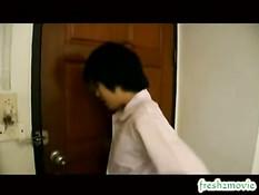 Тайская девка с волосатой киской принимает душ и ебётся с парнем
