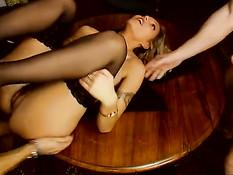 Эта опытная проститутка занимается сексом сразу с двумя мужчинами