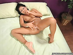 Девушка в колготках через дырку мастурбирует возбуждённую киску