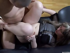 Молодые парни доставляют сексуальное удовольствие зрелым дамам