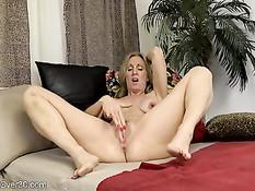 Возбуждённая зрелая дама Jenna Covelli мастурбирует киску руками