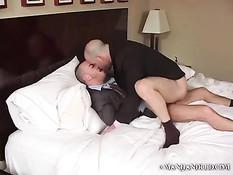 Голубой мужчина в деловом костюме занимается сексом с любовником