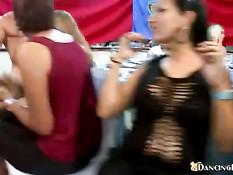Девки раздеваются на вечеринке и отсасывают мускулистому парню
