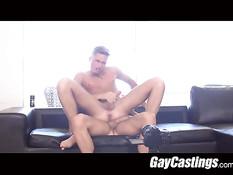 На гей порно кастинге парень трахается верхом на возбуждённом хуе