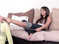 Две девушки любят фут фетиш и заставляют подругу вылизать ноги