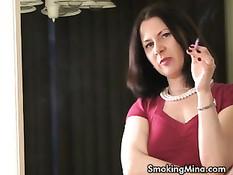 Сексуальная зрелая женщина курит сигарету и рассказывает о себе