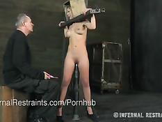 Связанную блондинку Cherie Deville насаживают на фаллоимитатор