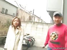 Мужик завёл свою грудастую подругу на стоянку и развёл на минет