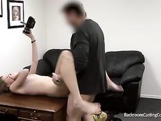 Молодая киска мастурбирует и отсасывает парню на порно кастинге