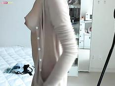 Девушка с тату на груди и пирсингом в пупке позирует у веб-камеры