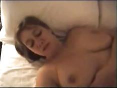 Женщина с большими сиськами занимается любовью в номере отеля