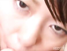 Японская девчонка ласкает свои сиськи и играется с двумя членами