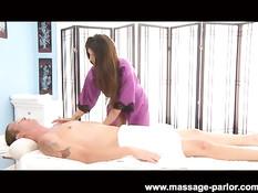 Эротический массаж с маслом и минет от молодой девки Karina White