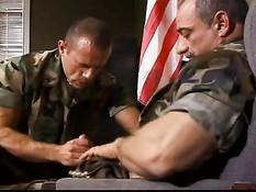 Армейские геи не теряют даром время и занимаются сексом в казарме