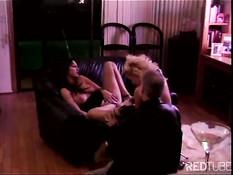 Две грудастые лесби дамы трахают друг друга с помощью вибратора