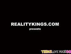 Толстый чёрный член входит во влагалище молодой девки Riley Reid