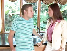 Опытная мамочка обучает доченьку и её мальчика анальному сексу