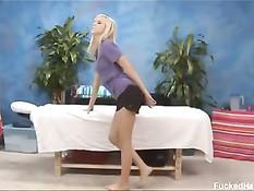 Пышногрудая блондиночка Bibi Jones трахается на массажном столе