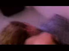 Голая женщина на кровати вставляет в анус пальцы и ласкает грудь