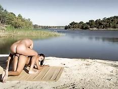 Горячая азиатка отсасывает и занимается анальным сексом на пляже