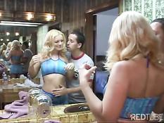 Парень застал у зеркала красивую блондиночку и дал отсосать член
