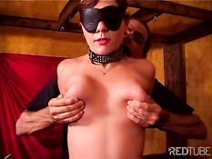 Голой рабыне надели на лицо маску и отшлёпали хлыстом по сиськам