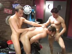 Голубой байкер занимается групповым сексом с офисными мальчиками