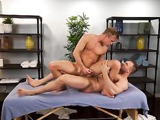 Юный гей сделал мускулистому мужику эротический массаж и отсосал