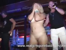 Пьяная молодёжь раздевается догола и танцует на секс вечеринке