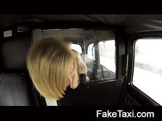 Блондинка снимает трусики на заднем сиденье и ебётся с водителем