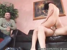 Жена свингерша занимается сексом с парнем, а муж наблюдает рядом