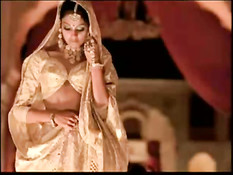 Индийская актриса Bipasha Basu принимает ванну с лепестками роз