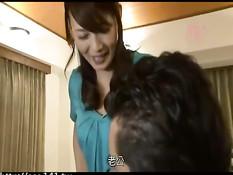 Японская мамочка дрочит сыночку и даёт полизать волосатую киску