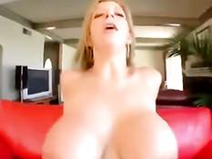 Сексуально озабоченная дама Сара Джей ебётся с наёмным рабочим