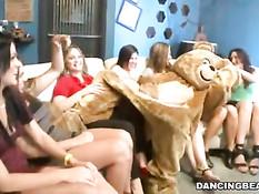 Девчонки с удовольствием отсасывают стриптизёрам на вечеринке
