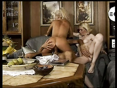 Немецкие парни занимаются сексом с двумя развратными девушками