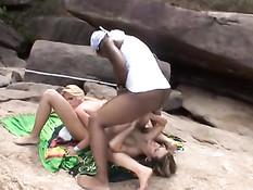 Чёрный парень на пляже отодрал во все дыры двух юных блондинок