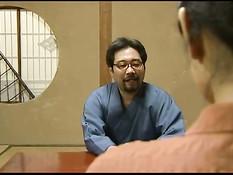 Зрелая японская женщина трахается на полу с очкастым любовником