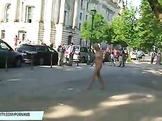 Безбашенная блондиночка гуляет по большому городу в голом виде