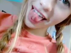Девочка с косичками показывает на камеру бритую киску и сиськи